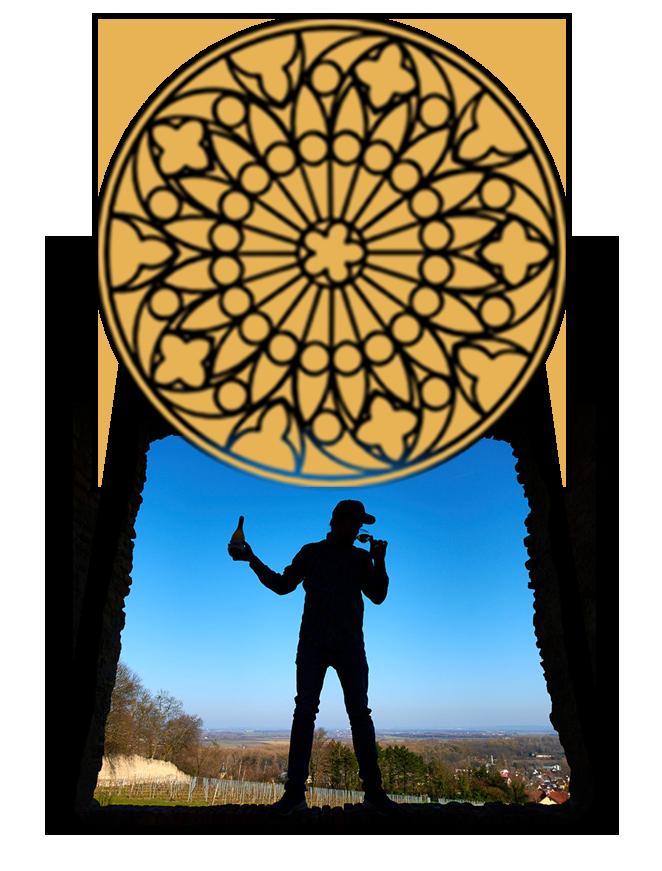 Silhouette von Mann mit Weinglas vor einer Aussicht auf Weinberge